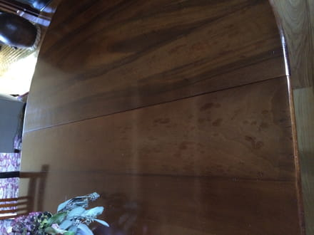 t che sur meuble en bois vernis r solu. Black Bedroom Furniture Sets. Home Design Ideas