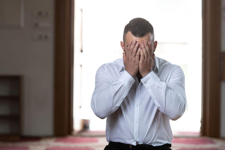 Prier au travail: que dit la loi sur la prière en entreprise