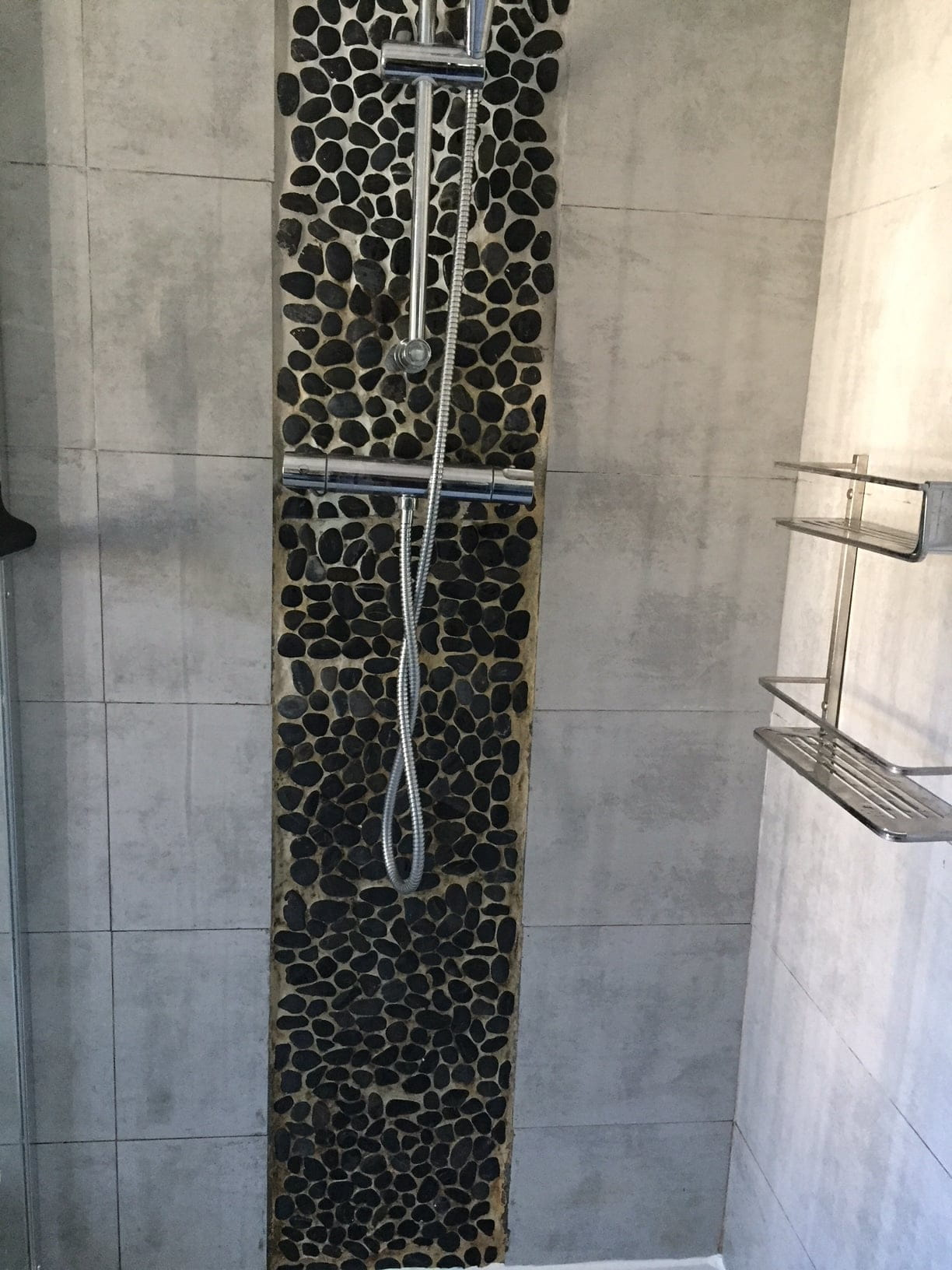 Recouvrir Frise Carrelage Salle De Bain rénover une frise de galet de salle de bains - linternaute
