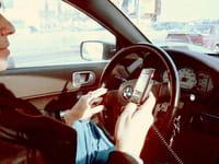 Quelles solutions pour téléphoner en voiture, avec l'interdiction des oreillettes ?