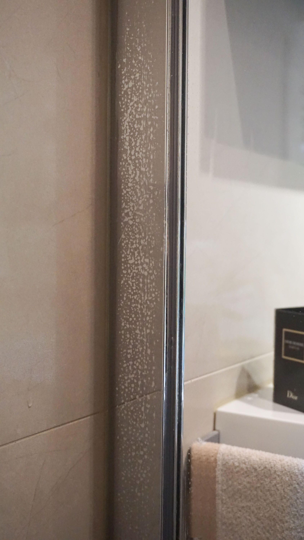 mitigeur tout tach ainsi que le montant inox de la douche. Black Bedroom Furniture Sets. Home Design Ideas