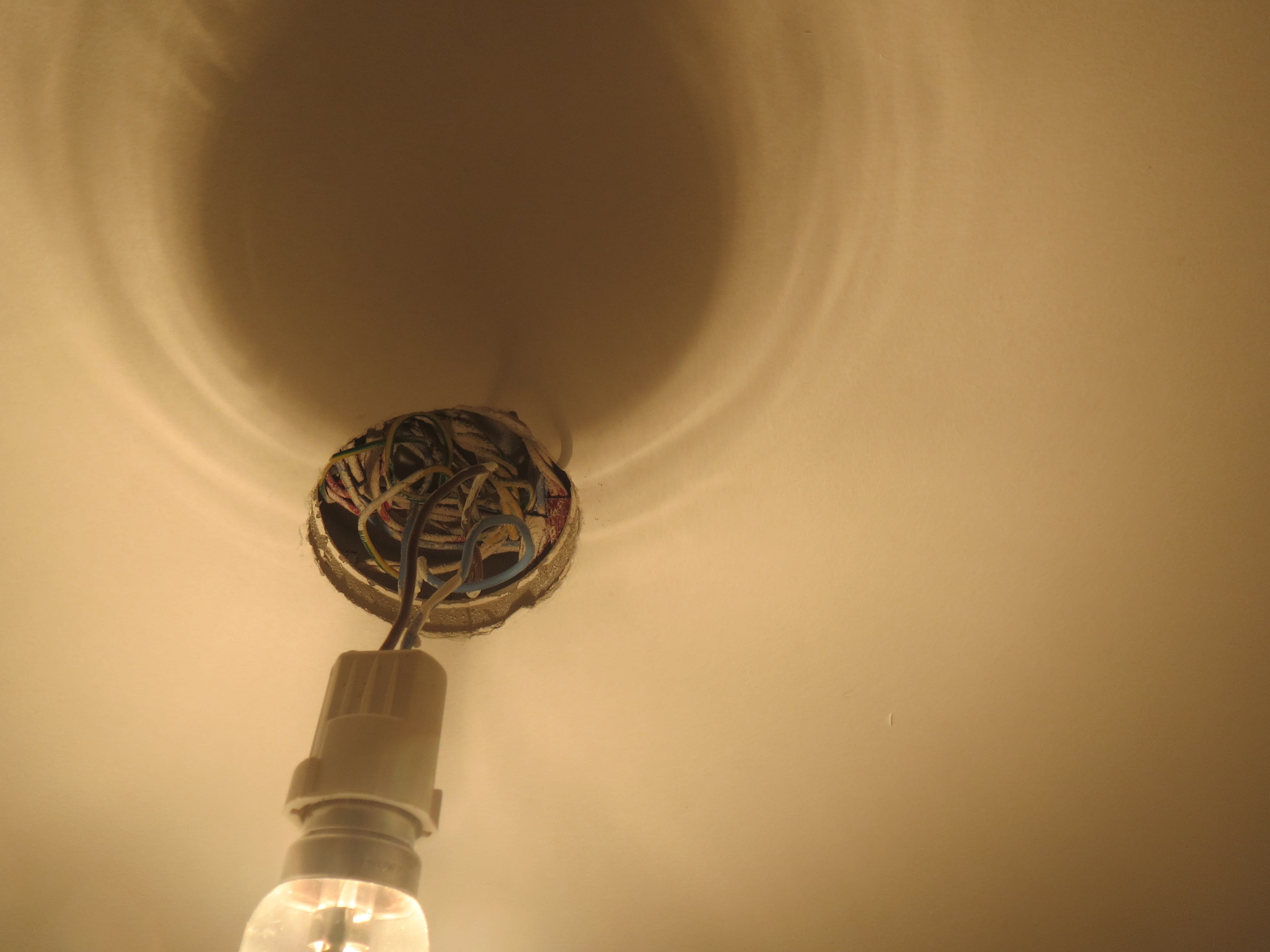 Fixer Luminaire Trou Plafond Trop Grand Linternautecom