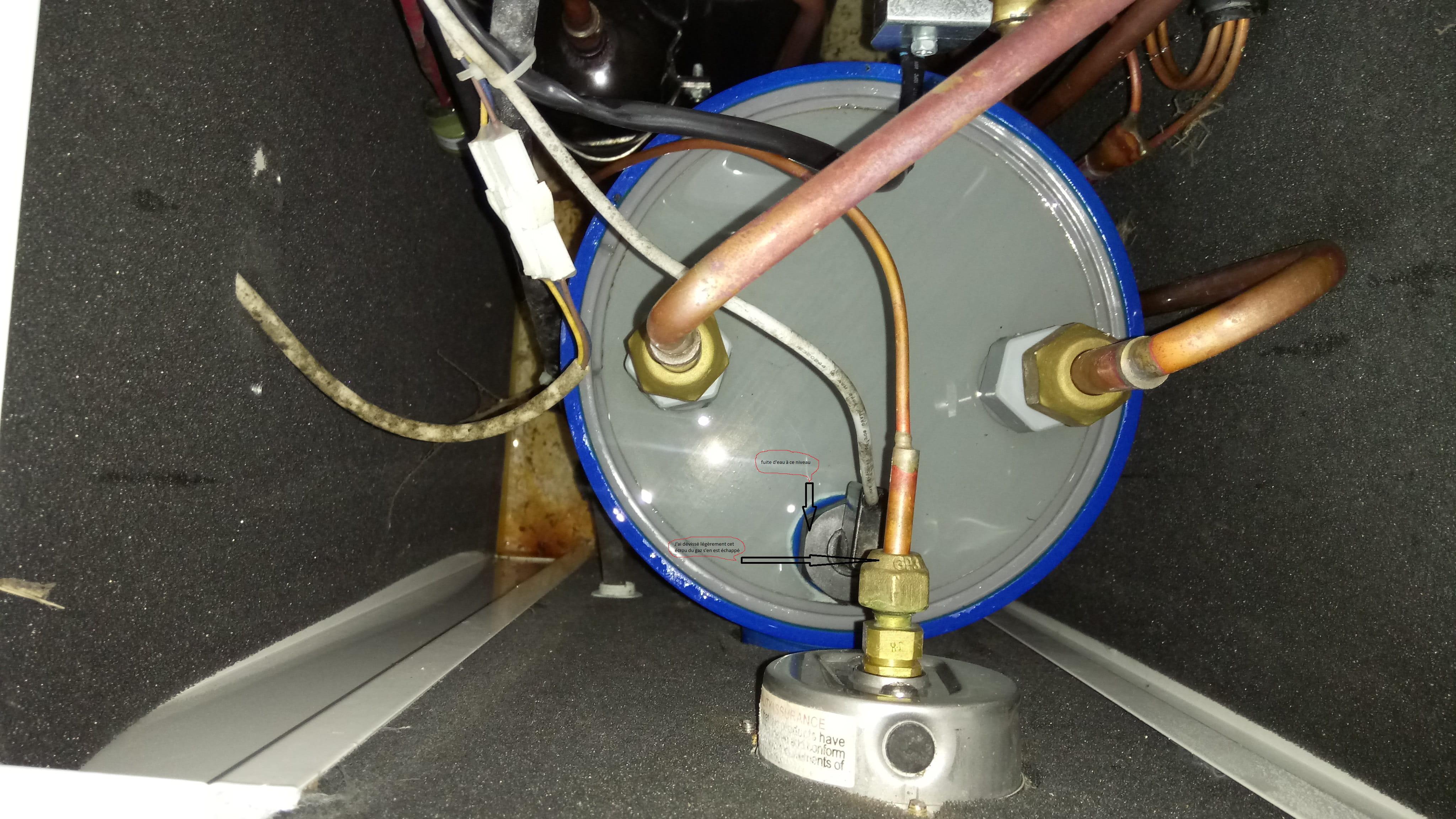 fuite d 39 eau sur pompe chaleur de piscine chauffage et climatisation. Black Bedroom Furniture Sets. Home Design Ideas