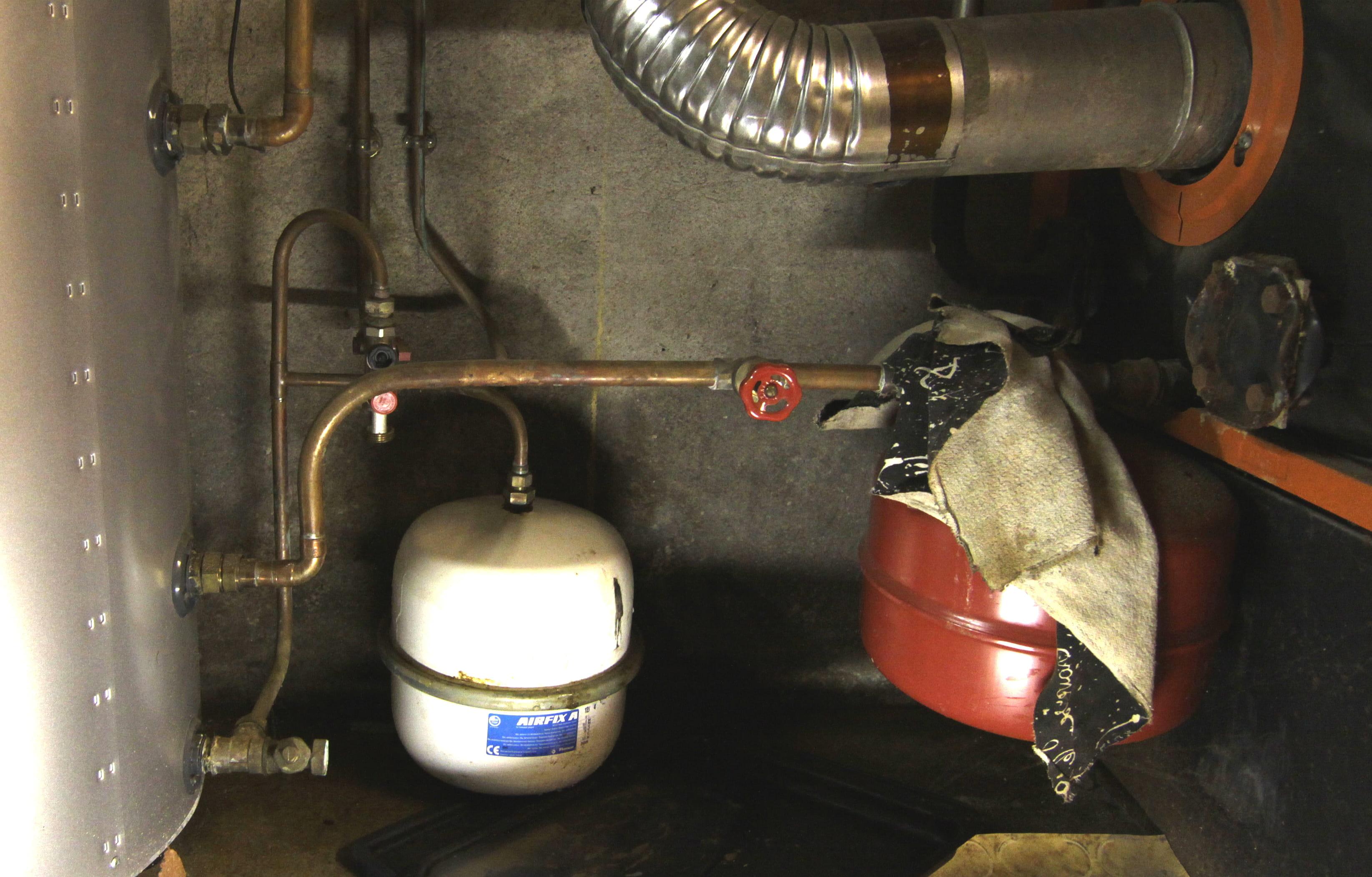 remplacement d 39 un vase d 39 expansion eau chaude sanitaire forum chauffage et climatisation. Black Bedroom Furniture Sets. Home Design Ideas