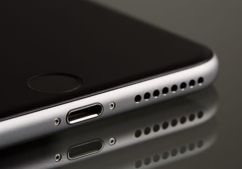 Problème de charge de téléphone: nettoyer la prise USB