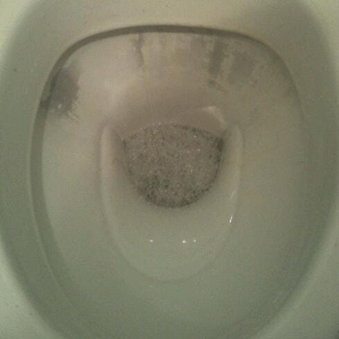 toilette devenu noir apres nettoyage r solu. Black Bedroom Furniture Sets. Home Design Ideas
